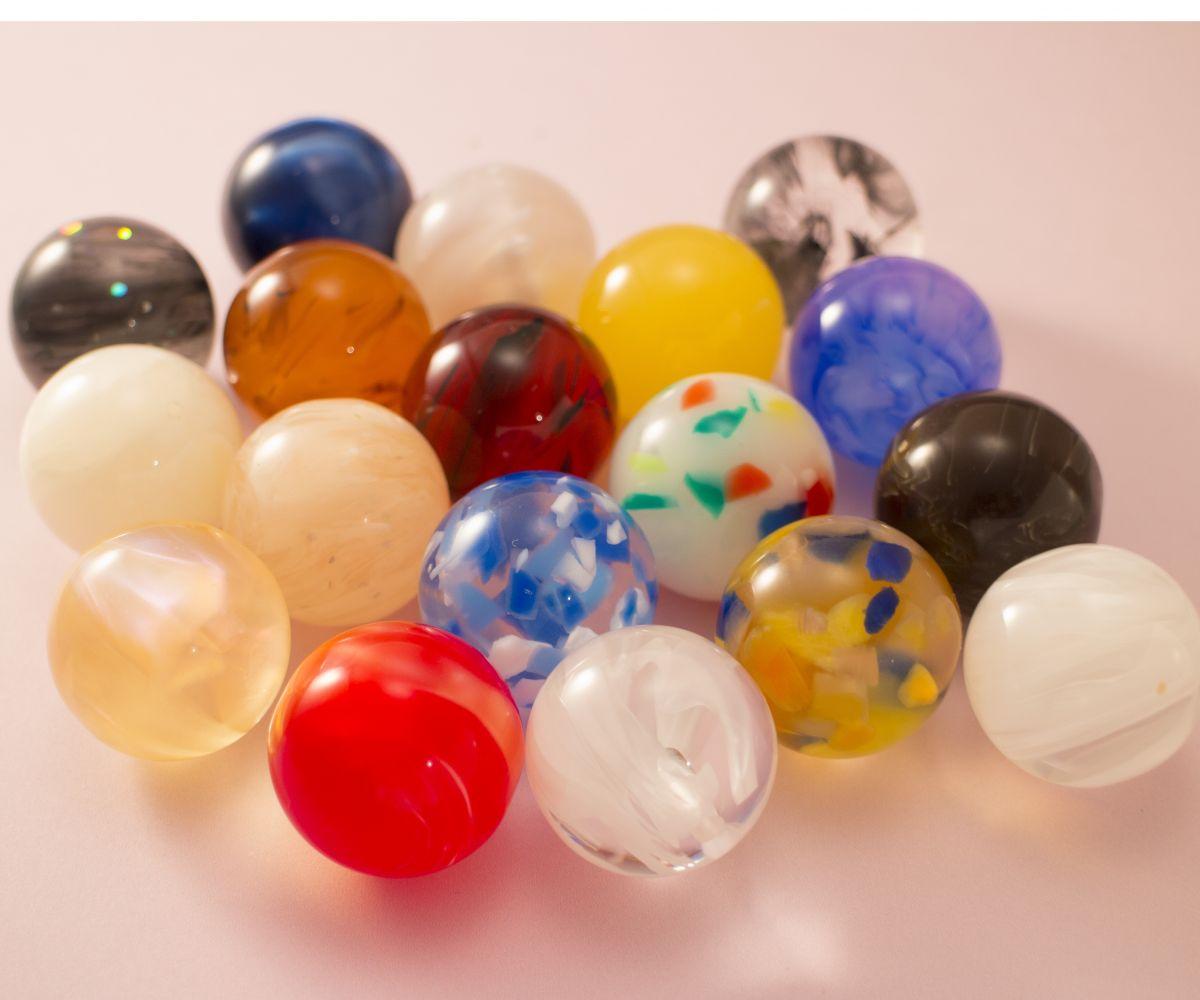いろんな色や模様のアクリルから作ったアクリル球。
